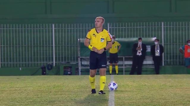 Brezilya'da maça damga vuran hareket! Hakem sahanın ortasına tuvaletini yaptı